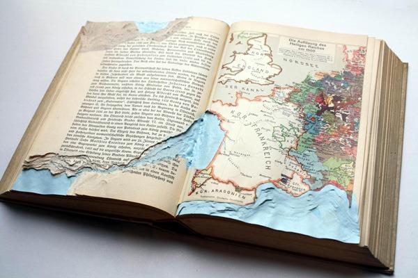 מורן שוב | הים העתיק. אקריליק וחיתוך בספר תולדות אירופה מתוך סדרת טופוגרפיות בספרים ובמחברות נוישטאדט, יולי 2011