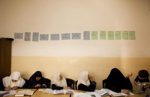 בפרויקט I read I write  מתעדת הצלמת לורה בושנק (Laura Boushnak), כוויתית ממוצא פלסטיני, את המאבק של נשים מוסלמיות בארצות ערב השונות לרכישת השכלה.