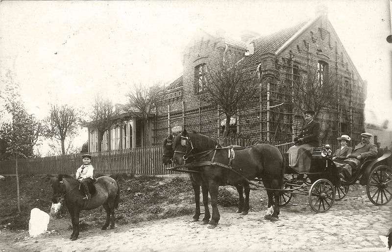 נאני ויוליוס בכפר בפרוסיה על רקע ביתם, שטוהם, פרוסיה המזרחית