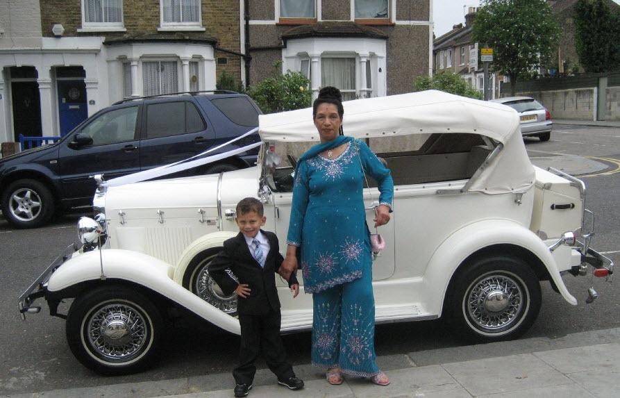 סבתא ונכד בחתונה משפחתית