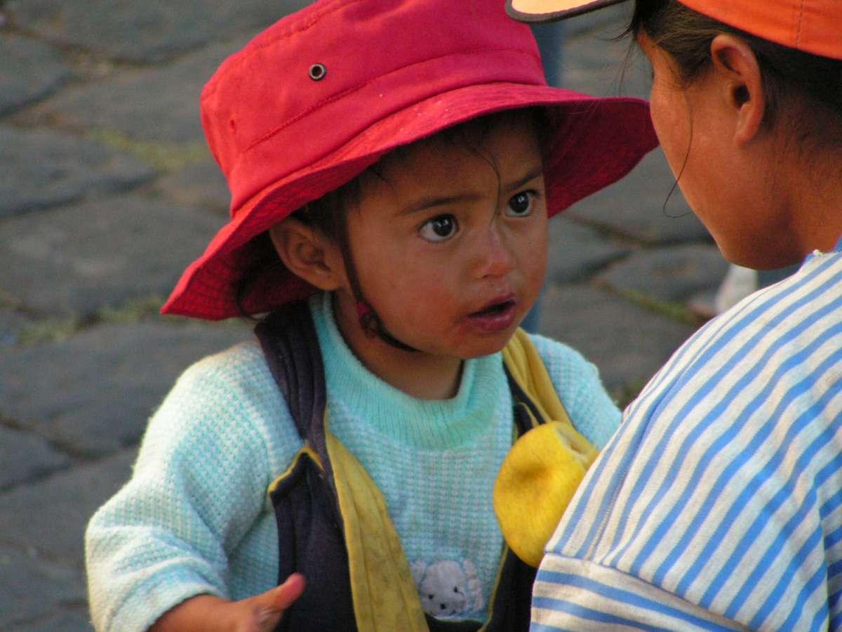ילדה מדברת עם אמא