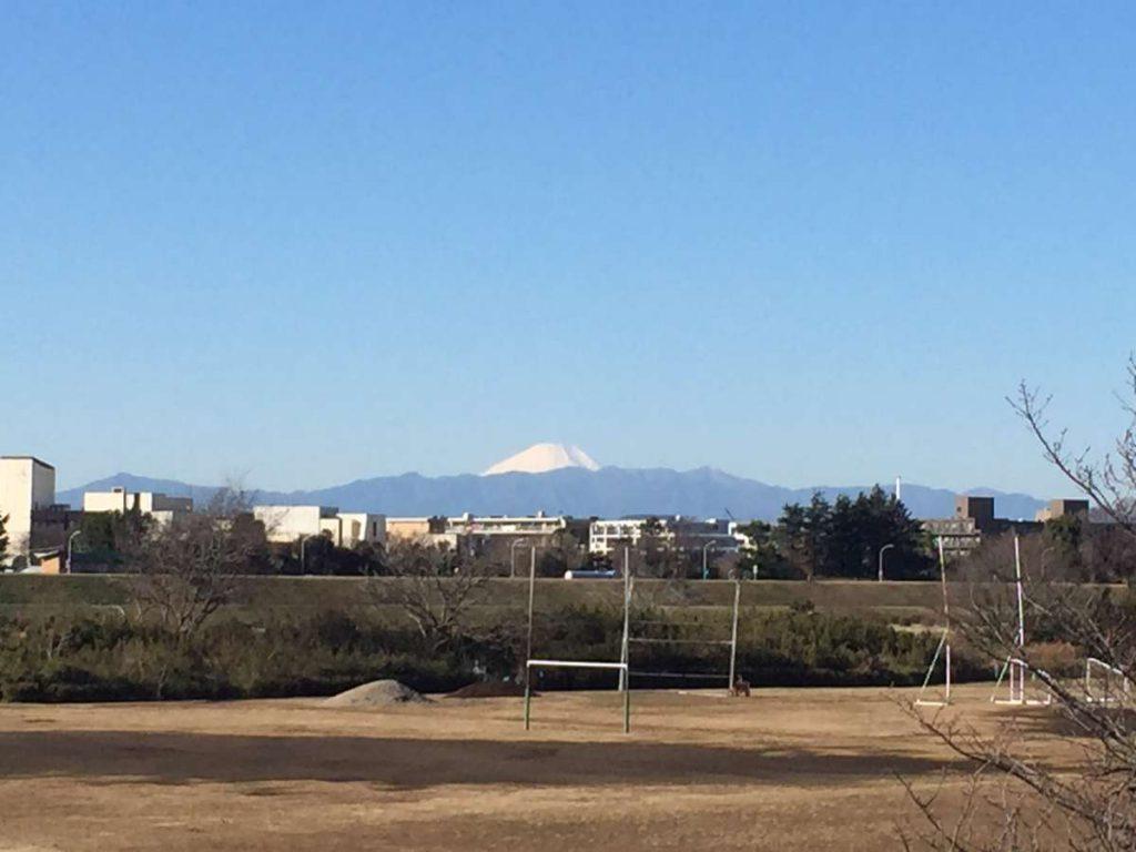 הימים יבשים אך ברורים להפליא ופסגת הר פוג'י נראית אפילו משכונתי בטוקיו