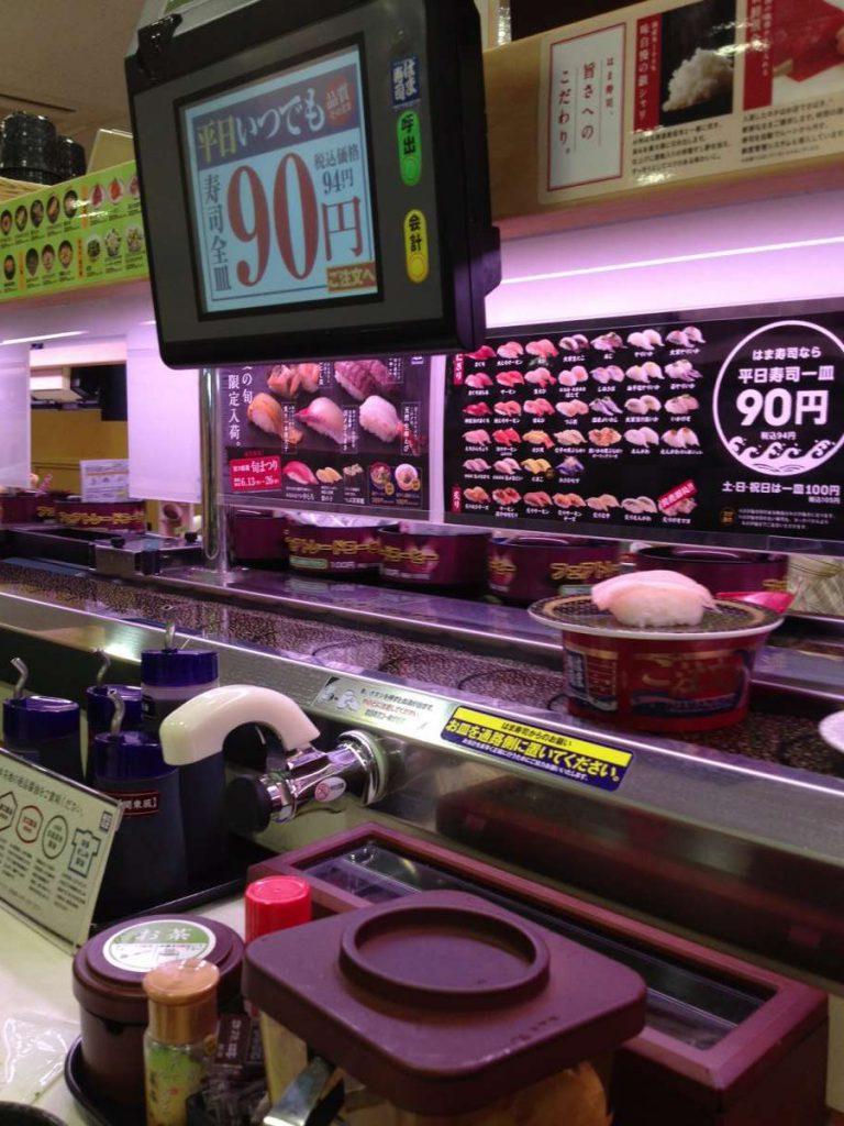 צלחת ב-90 ין, פחות מדולר, במסעדת סושי על מסוע. צילום: ליאת לופט מוריטו