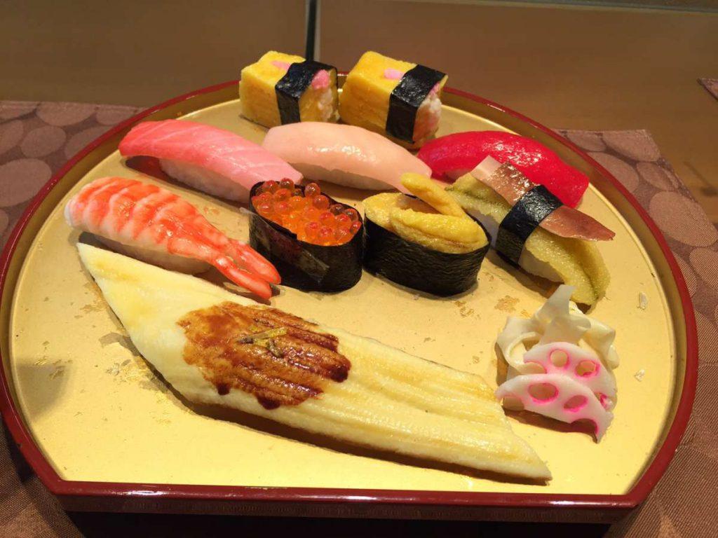 מנות סושי מפלסטיק בחזית מסעדה ביפן. נראה בדיוק כמו המקור! צילום: ליאת לופט מוריטו