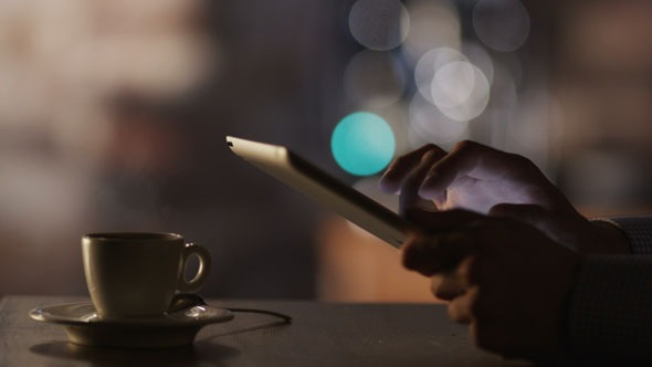 Man_using_tablet_in_cafe_590