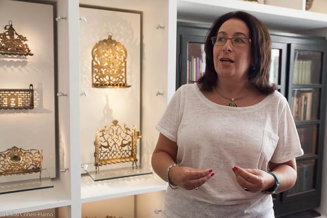 האוצרת תמנע זליגמן בתערוכה בבית טיכו