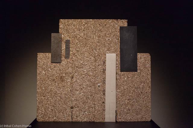 דגם של קיר חיץ שנבנה בכנסיית הקבר - הופך ליציאת פיסול מופשטת.
