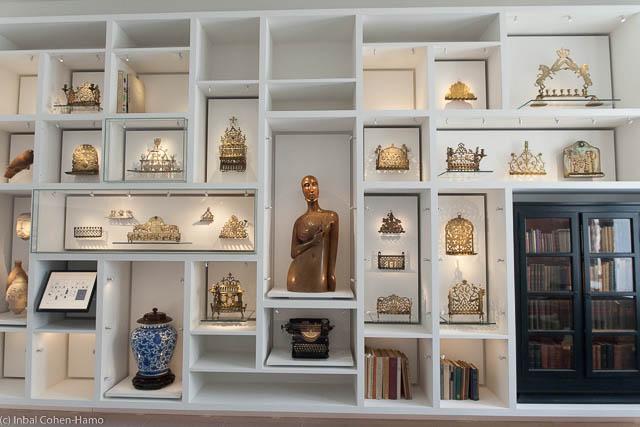 """אוסף החנוכיות של ד""""ר טיכו, יצירות אמנות וספרים."""