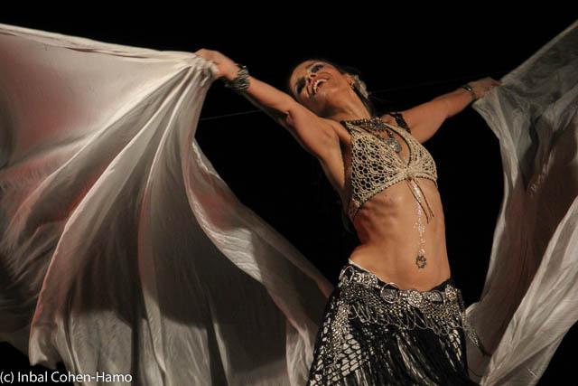 סיגל זיו במופע של ריקוד שבטי