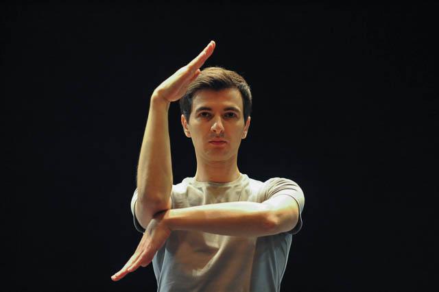 """עמנואל אגרמונט במופע """"L'APRÈS-MIDI"""". צילום: גדי גדון"""