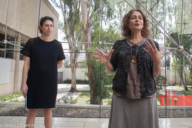 רותי דירקטור אוצרת תחום אמנות עכשווית במוזיאון תל אביב (מימין) ודנה יהלומי, ראש תנועה ציבורית.