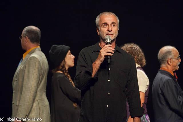 משה מלכא הבמאי ומאחורי השחקנים בליווי המתורגמנים מקשיבים לדבריו.