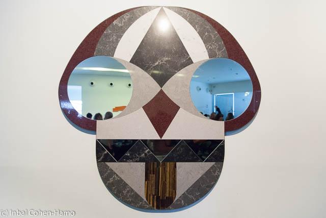 מראה מאבן קיסר שעוצבה במיוחד לתערוכה בחולון. צילום: ענבל כהן חמו