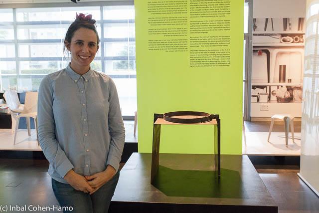 """גילי קוצ'יק ופרויקט """"הפוכה"""" שחושף את הקונסטרוקציה שמחזיקה את הרהיט. צילום: ענבל כהן חמו"""