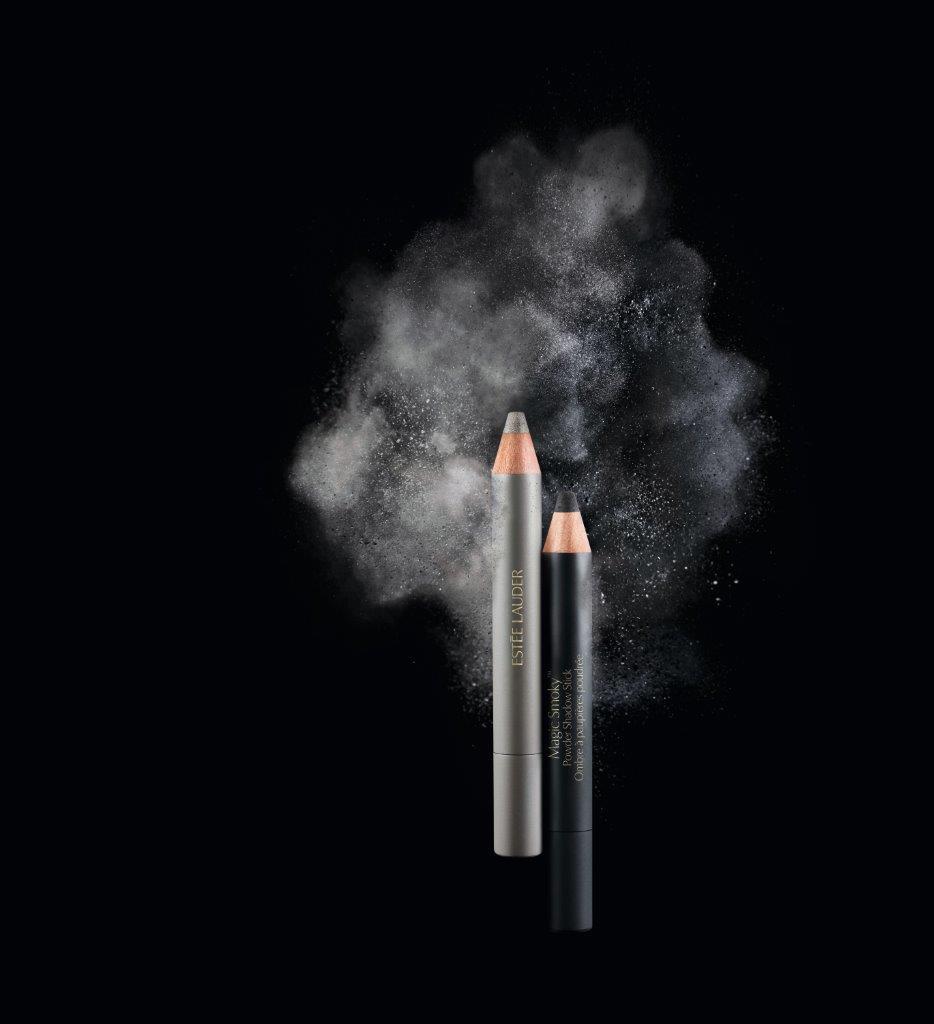 אסתי לאודר מגק סמוקי שחור כסף - מחיר השקה 99 שח עד סוף ינואר (מחיר צרכן 139 שח) - להשיג ברשתות הפארם אפריל ומשביר - קרדיט יחצ חול MAGIC SMOKEY BLACK