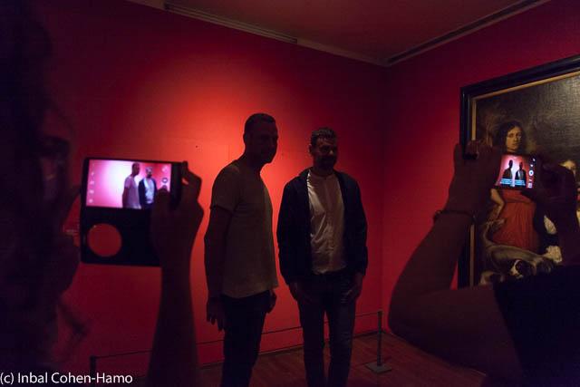 """אלמגרין ודראגסט, ליד העבודה """"דיוקנאות האמן"""", דיוקן בעידן הסלפי. צילום: ענבל כהן חמו"""