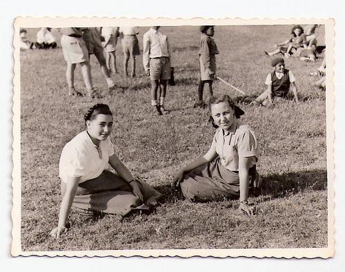 על עגילים שואה ותקומה - מיכל שרגיל בן סירה - תמונה של אמא עם חברה