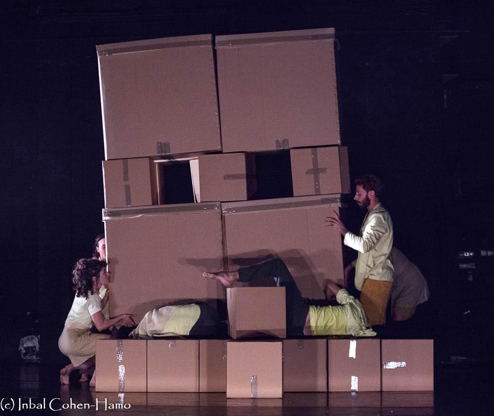 לאחר שהמגדל התמוטט, בנייה על גופות הרקדנים. צילום: ענבל כהן חמו