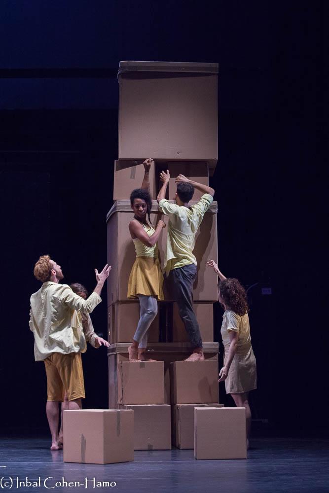 """בונים מגדל קוביות, מתוך """"ראנה פלאזה"""". צילום: ענבל כהן חמו"""