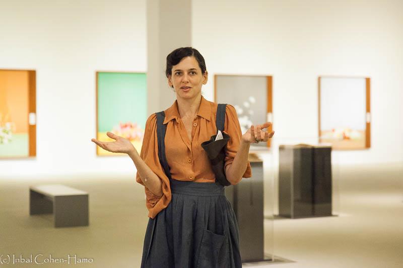 טרין סיימון על רקע התערוכה במוזיאון תל אביב. צילום: ענבל כהן חמו