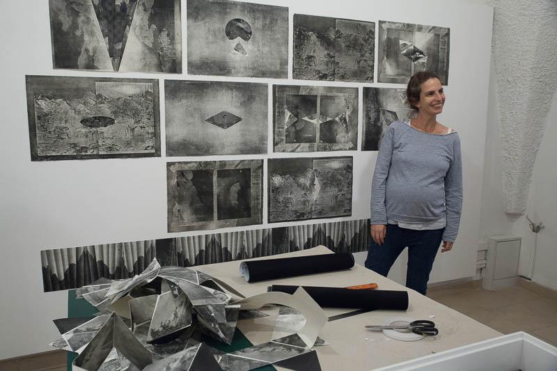 עינת אמיר ליד עבודותיה, בתהליך ההקמה.