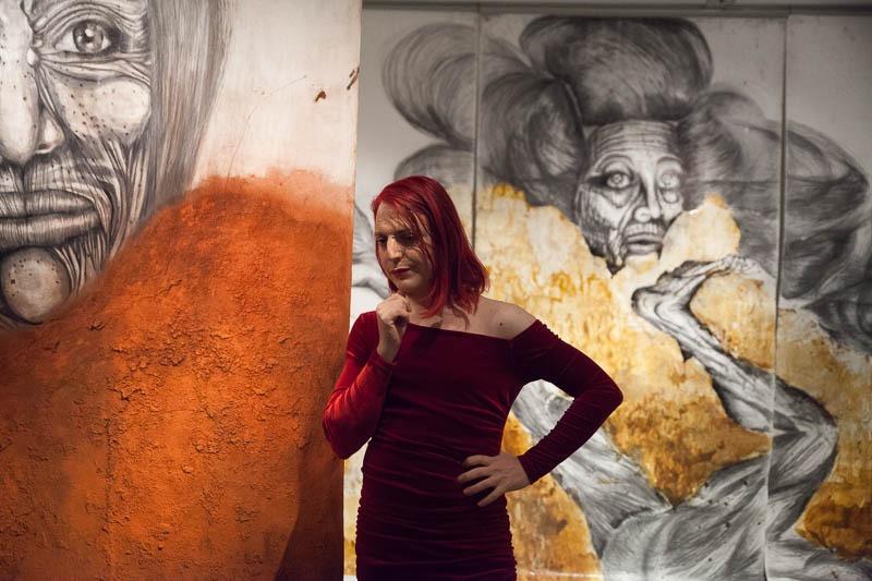 רועי חפץ בין העבודות בתערוכה. צילום: ענבל כהן חמו