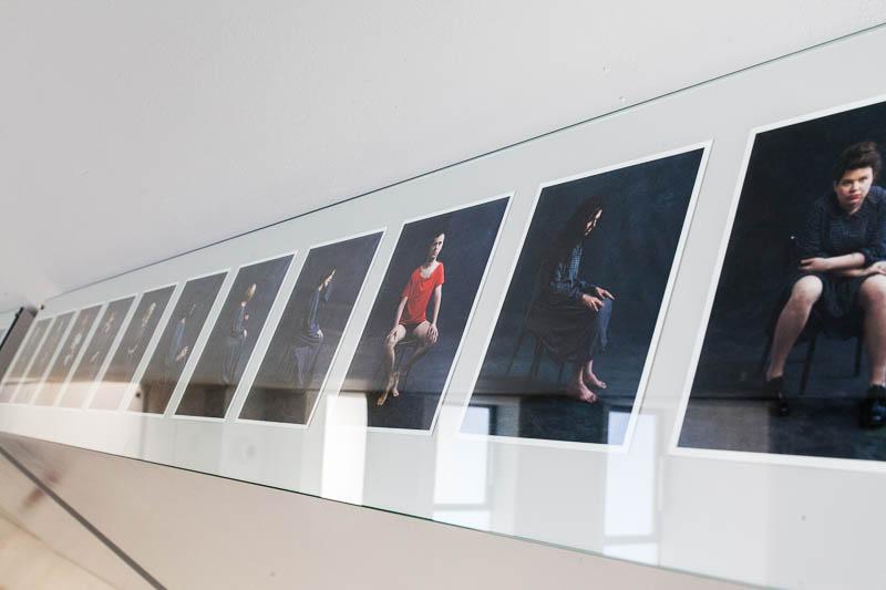 סדרת צילומי אמניות בשמלה של מיכל היימן