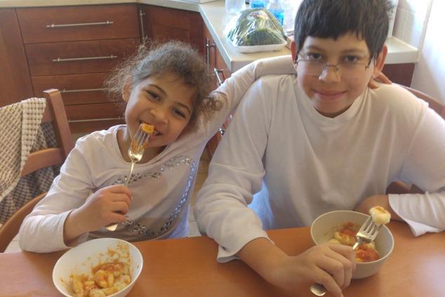 לקוחות מרוצים אוכלים ניוקי בהנאה (צילום: יערה די סגני)