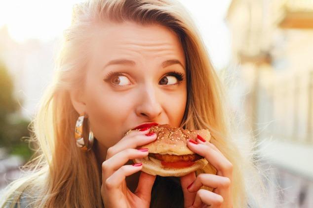 בחורה אוכלת בורגר
