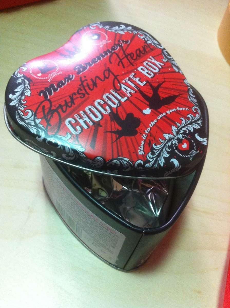 קופסת לב קטנה מפח, מלאה בשוקולדים, של מקס ברנר