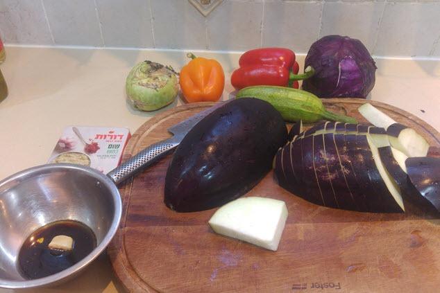 חותכים ירקות  (צילום: יערה די סגני)