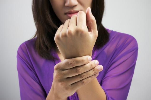 מרגישה כאבים בכף היד? קושי להחזיק חפצים? זה לא רק אצלך (צילום: שאטרסטוק)