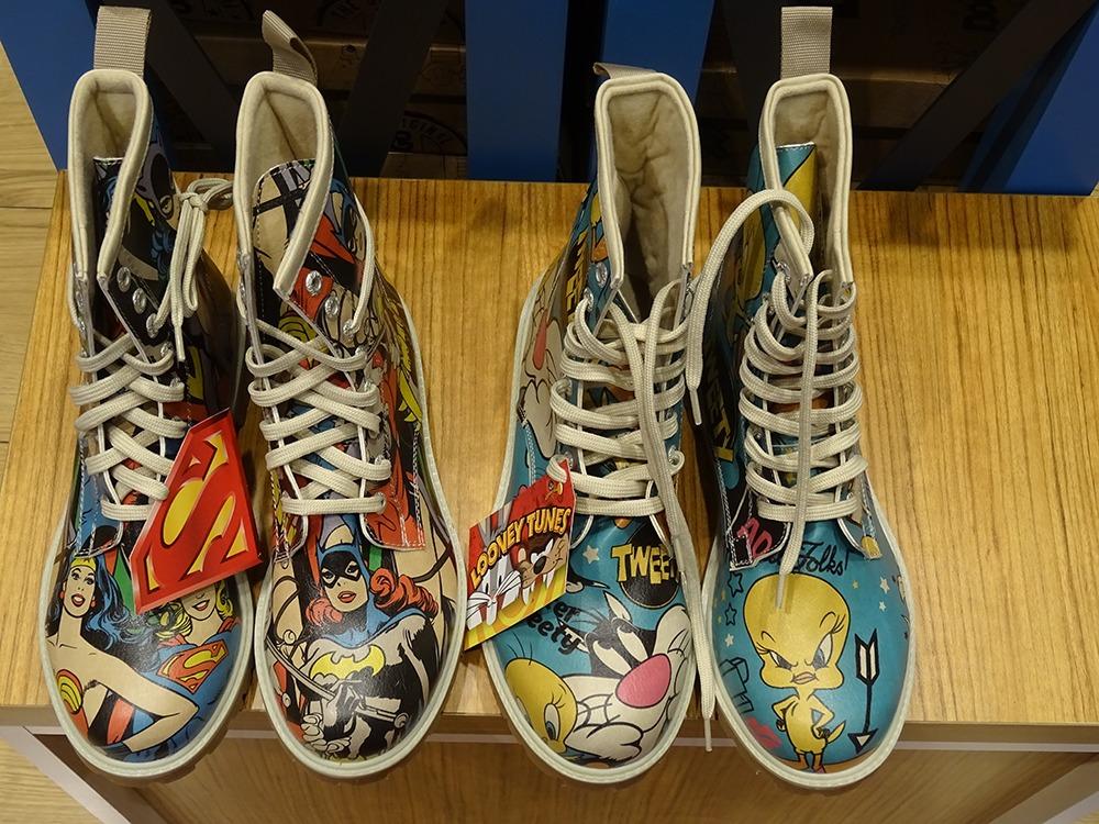 | נעליים? יש! צבעים? יש! קומיקס? יש! | צילום: חן סיון |