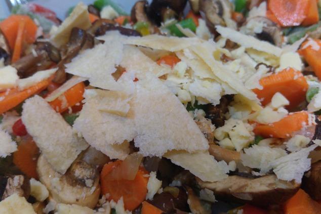 ירקות, שבבי פרמזן וקוביות דג  (צילום: יערה די סגני)