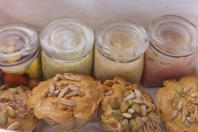 לחמניות טחינה וממרחים בסל (צילום: יערה די סגני)