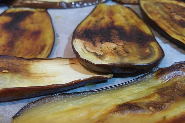 פרוסות חציל קלויות  (צילום: יערה די סגני)