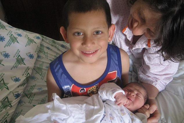 מפגש ראשון בין אחים במחלקת היולדות בלניאדו (צילום: אלבום משפחתי)