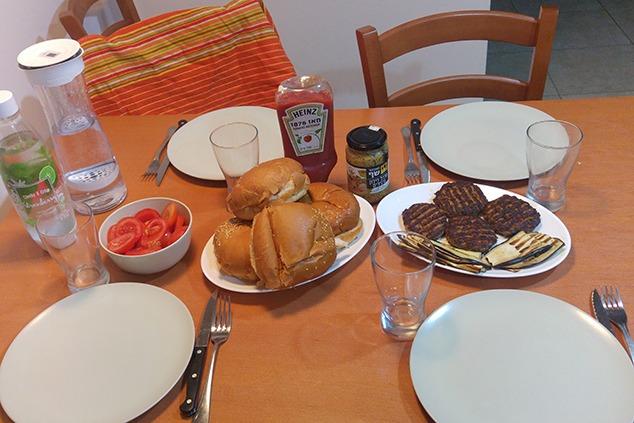 ארוחת המבורגרים, אבל בריאה (צילום: יערה די סגני)