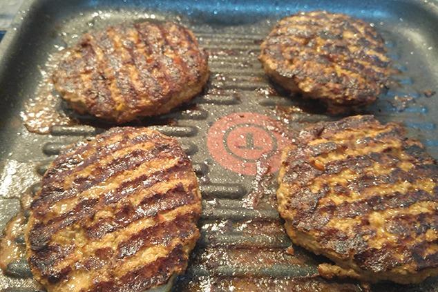המבורגרים עם פסים (צילום: יערה די סגני)