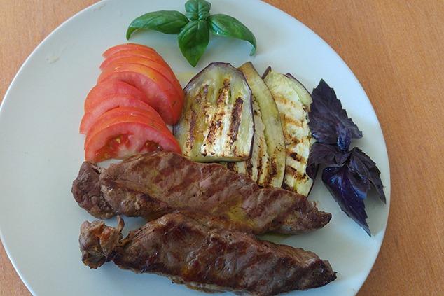 ארוחה שלמה במחבת אחת, אפשר גם עם חצילים (צילום: יערה די סגני)