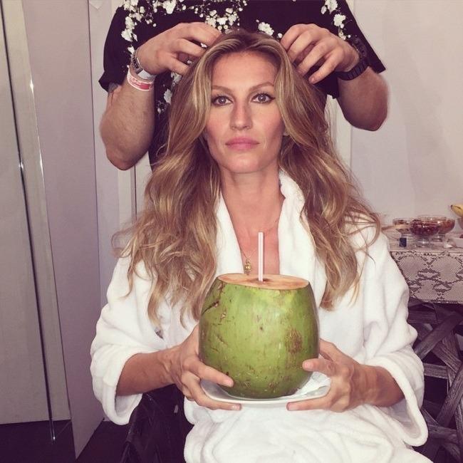 ג'יזל עם אגוז קוקוס ירוק וצעיר, ממנו מופק המשקה. במולדתה ברזיל, מי קוקוס הם המשקה השני הכי פופולארי (צילום: Instagram)