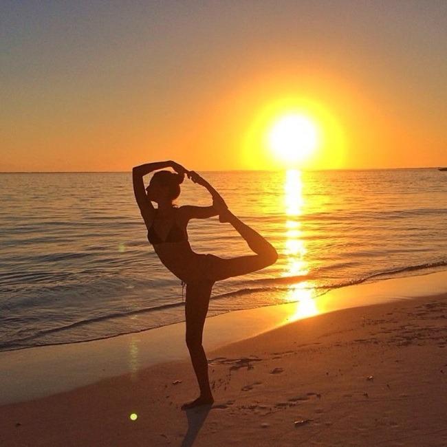 ג'יזל בתרגילי יוגה על שפת הים - אם גם אנחנו נשתה מי קוקוס, יש לנו סיכוי להראות כמוה?! (צילום: Instagram)