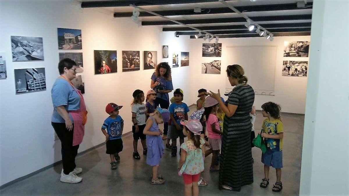 ילדים מבקרים בגלריה זרעים של צבא צילום מיקי מזור