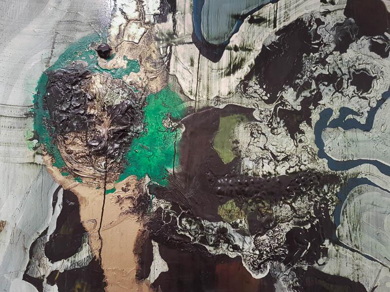 צבע במרקם פיסולי בעבודה של עתר גבע