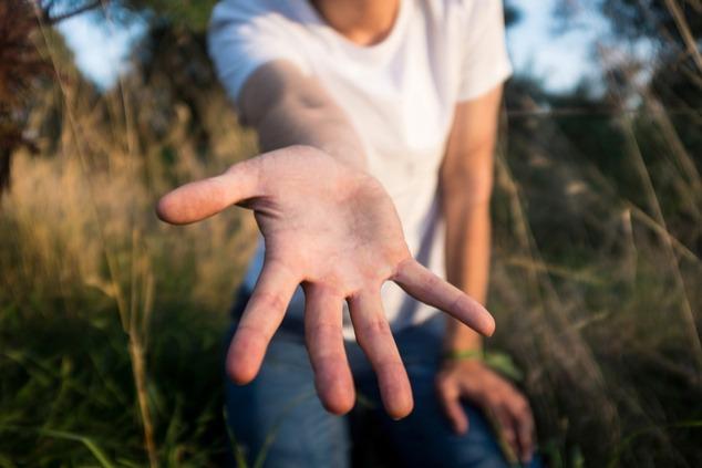 יד מושטת לעזרה (צילום: שאטרסטוק)
