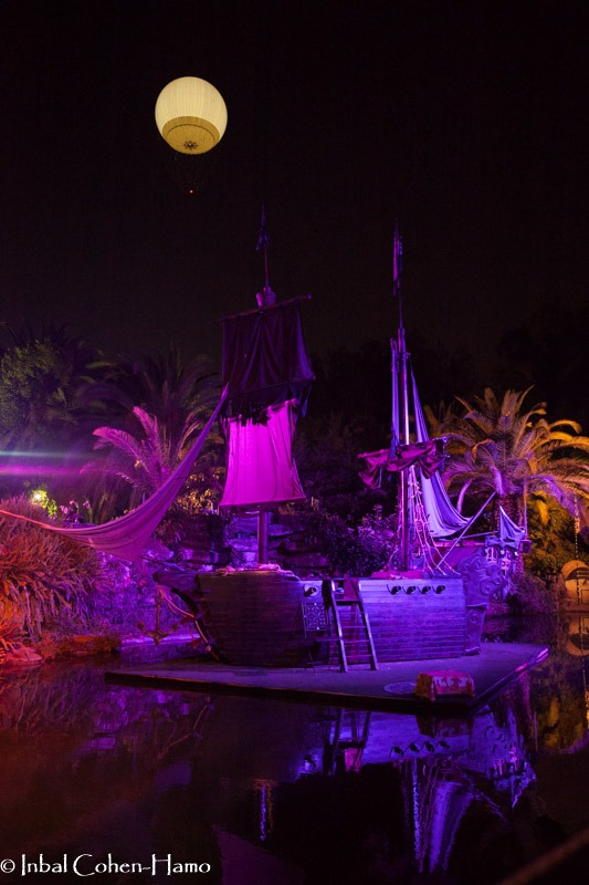 ספינת הפיראטים ומאחוריה כדור פורח המרחף בפארק