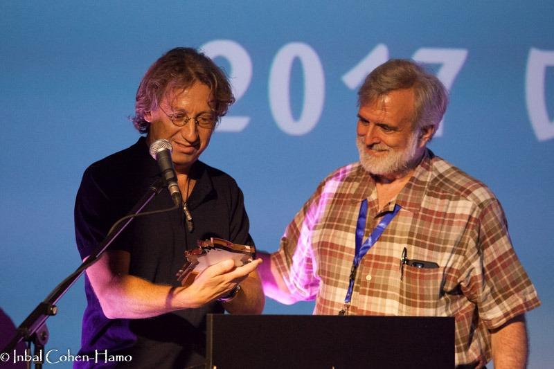 עמוס אלנבוגן (משמאל) מקבל פרס מידי סם ויויאנו