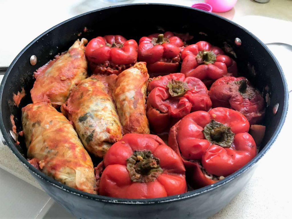 פלפל וכרוב ממולא בורגול עדשים עגבניות
