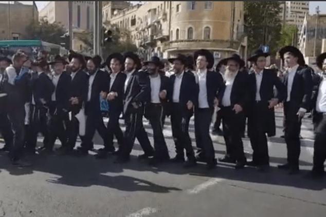 חברי הפלג הירושלמי חוסמים כבישים (צילום מסך)