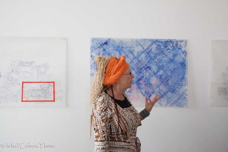 בל שפיר על רקע עבודותיה. צילום: ענבל כהן חמו